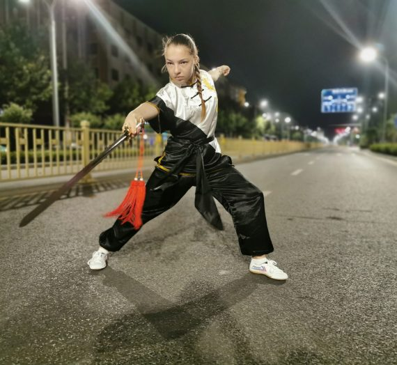 Început de poveste.  La doar 14 ani, Mara s-a antrenat într-o mănăstire Shaolin şi vrea să lupte în MMA